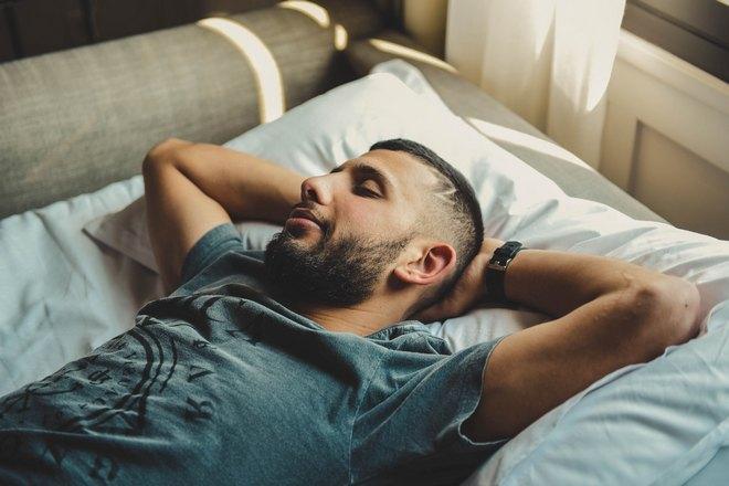 парень беззаботно спит