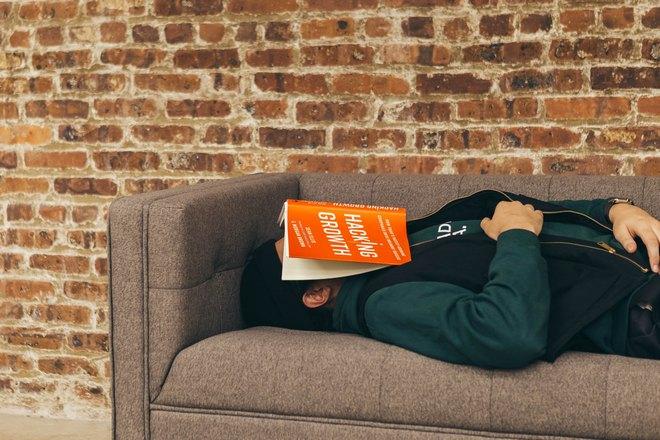 парень спит с книжкой