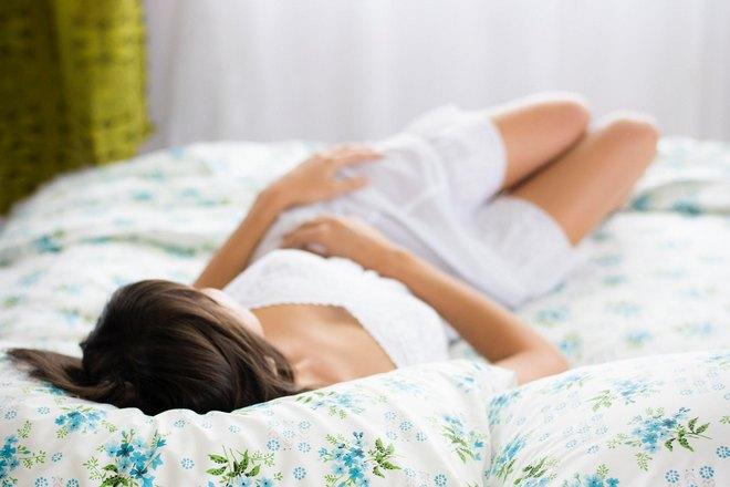 девушка спит на мягкой постели
