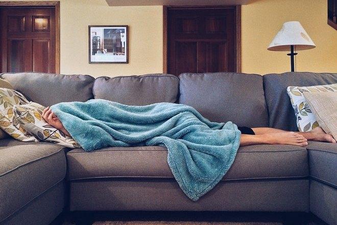 Кто-то спит на диване