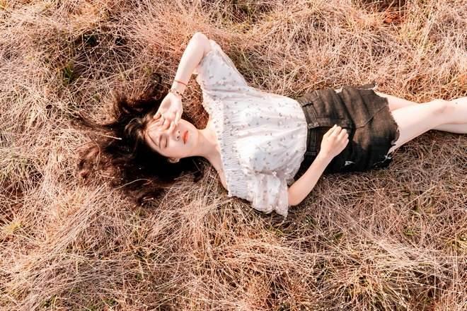 Девушка уснула на сухой траве