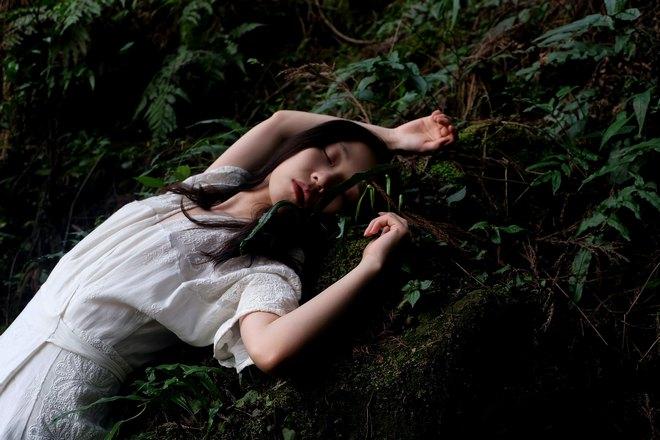 девушка спит на склоне