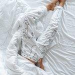 спит барышня в белой пижаме