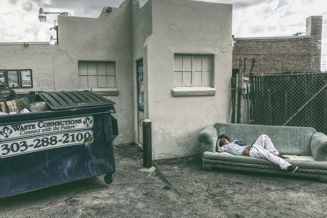 Кто-то спит на улице на диване