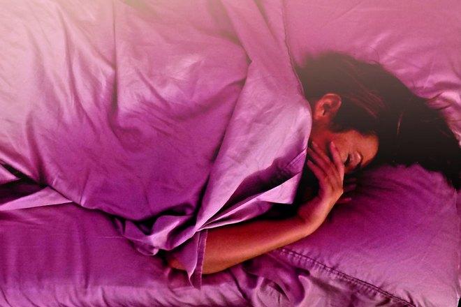 Девушка спит под ярким одеялом