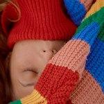Спящая девушка в шарфе