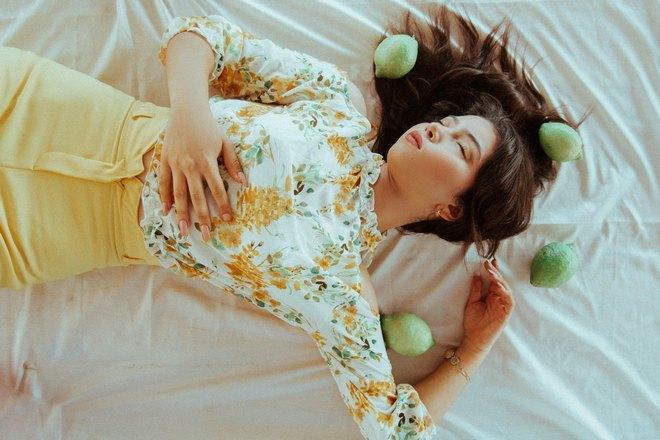Девушка спит в окружении цитрусовых