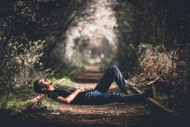 Парень спит на рельсах