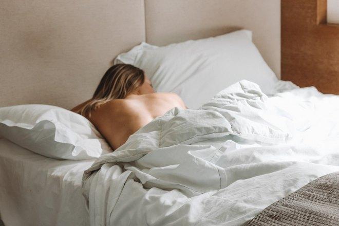 Девушка спит без одежды