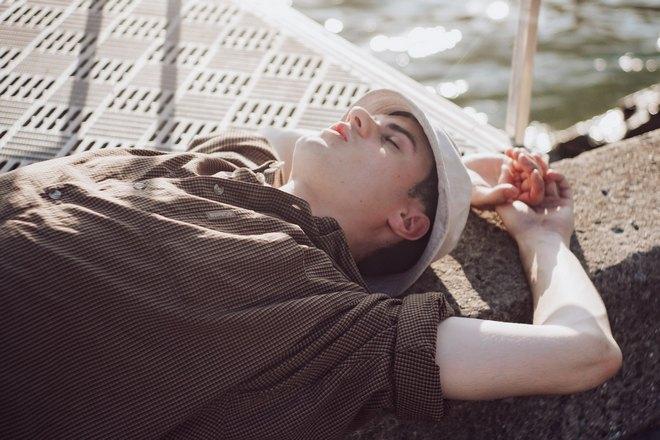 Парень спит на солнце