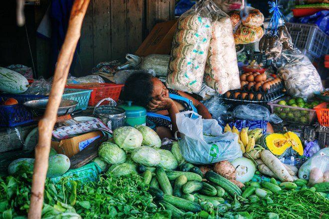 Женщина спит в окружении продуктов