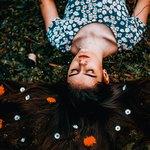 Волосы спящей девушки украшены цветами