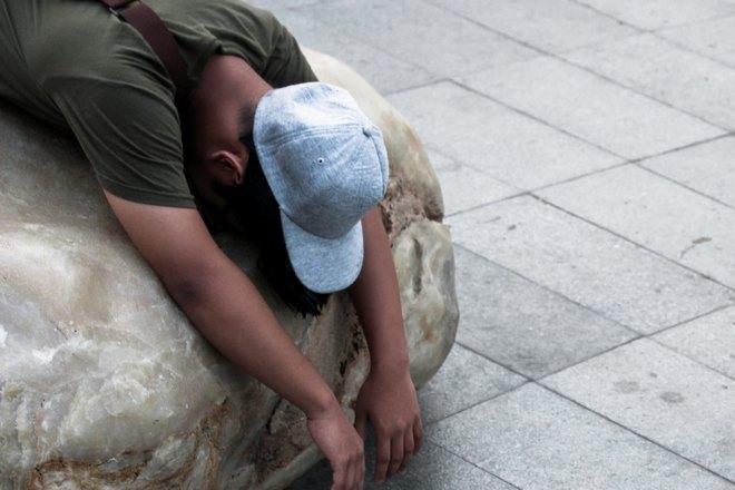 Кто-то спит на камне в кепке