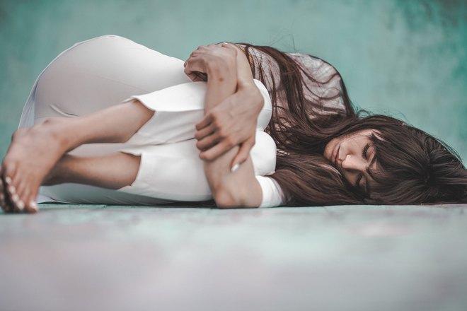 Девушка спит, свернувшись калачиком