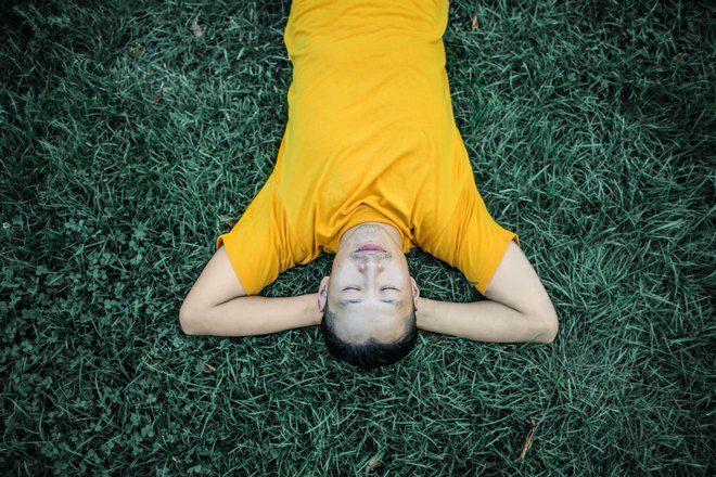 Спящий парень в желтой футболке