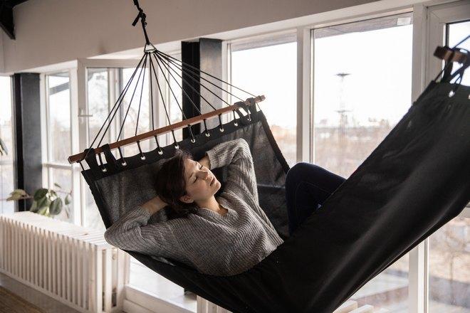 Девушка спит в гамаке