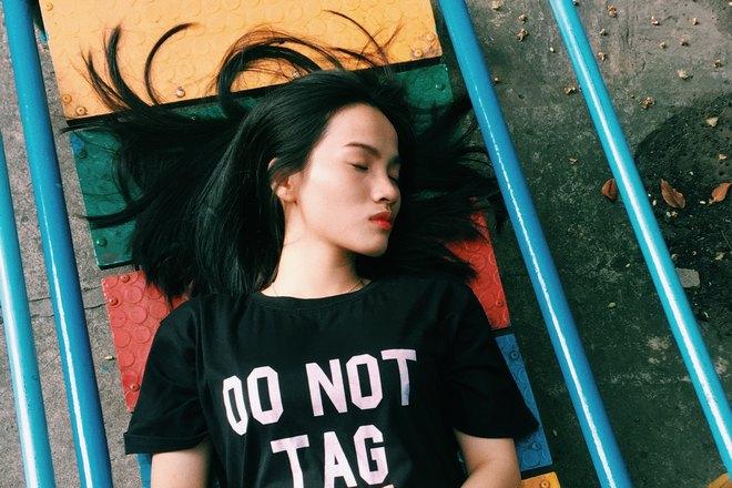 Спящая девушка в черной футболке