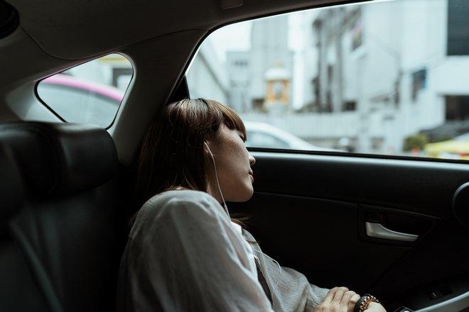 Девушка спит на заднем сиденье автомобиля