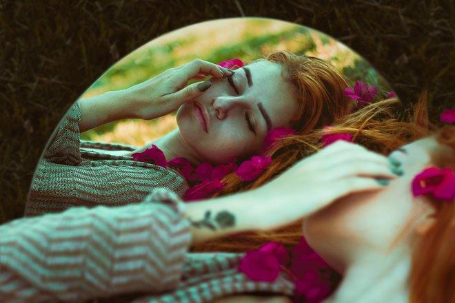 Девушка спит напротив зеркала