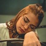 Спящая девушка в очках