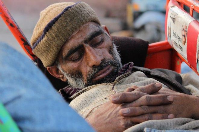 Спящий мужчина в шапочке