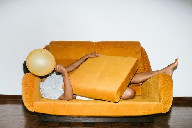 Сон с воздушным шариком на желтом диване