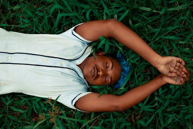 Спящий парень с голубыми волосами