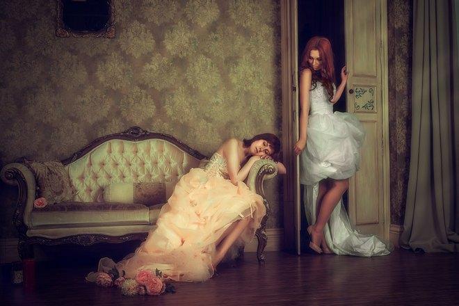 Девушка спит на старинном диване