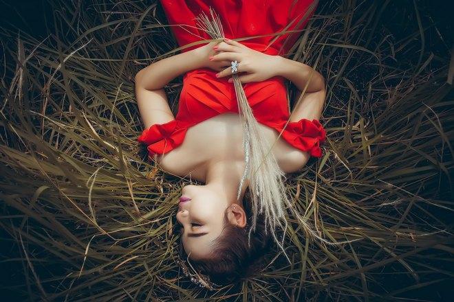 Девушка в красном платье крепко спит