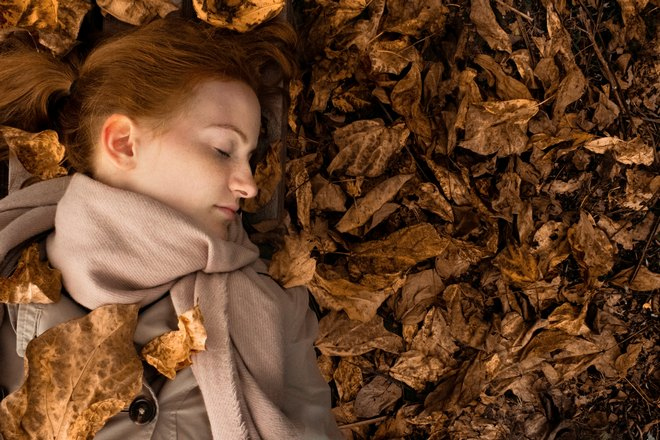 Спящая рыжеволосая девушка