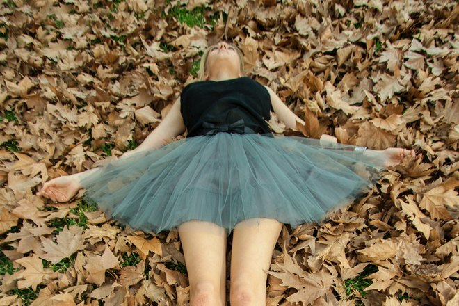 Девушка спит на листьях