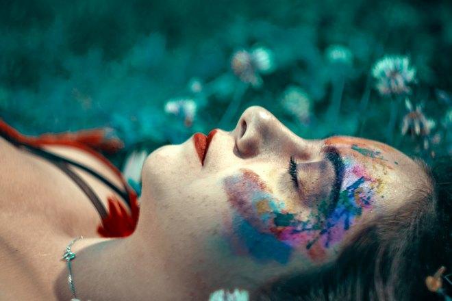 Спящая девушка с ярким макияжем
