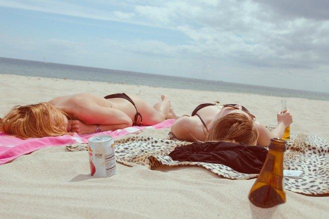Девушки спят на берегу