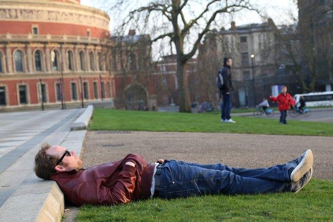 Мужчина уснул на улице