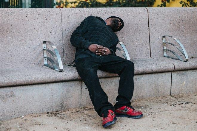 Бородатый мужчина уснул на улице