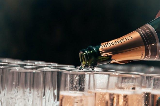 Шампанское разливают по бокалам