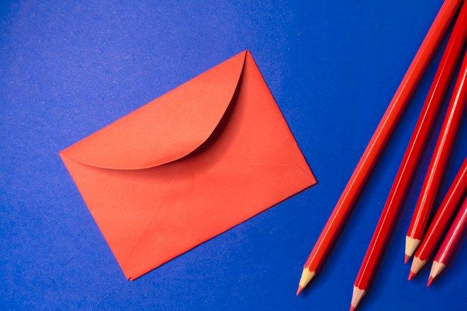 Красный конверт и красные карандаши