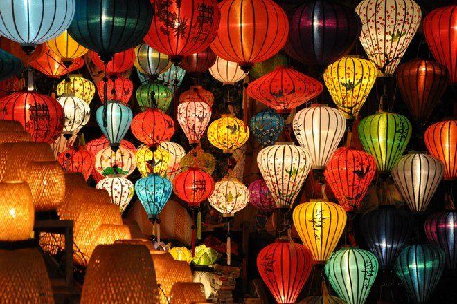 Много разноцветных фонариков