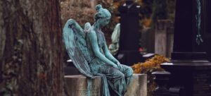 ангел посреди кладбища