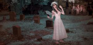 девушка в платье на кладбище