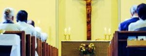 девушки и мужчины в церкви