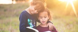 две девочки читают книгу