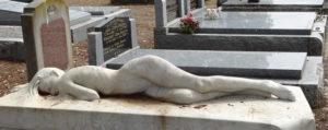 женщина лежит красиво