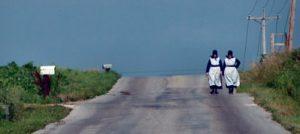 монахини идут по дороге