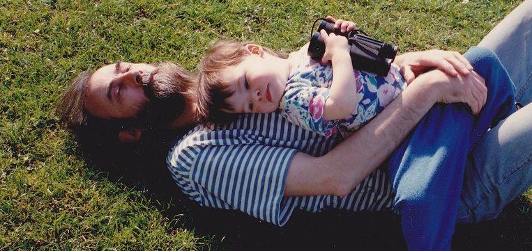 отец обнимает дочь