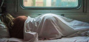 спит в плацкарте и видит сны