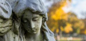 статуя женщины на фоне церкви