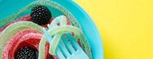желейные червяки в тарелке