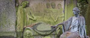 женщины рядом с саркофагом