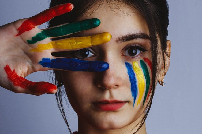 Краски на руке и на лице
